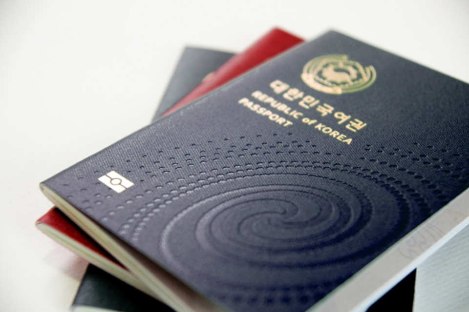 Korean-passport-changed-to-navy-blue-in-32-years-main